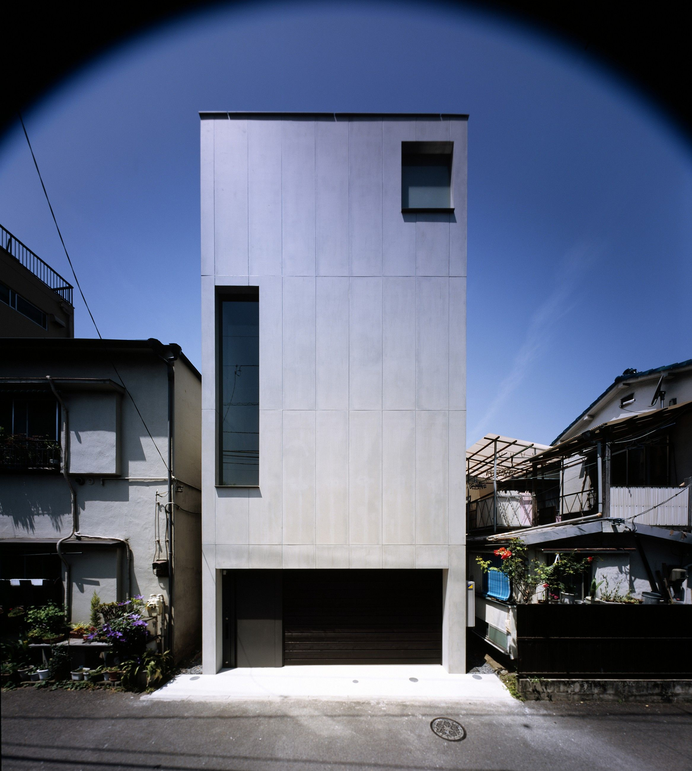 2-Courts House is built on a typical central Tokyo site – small, narrow land, constrained by closely built neighbouring properties on three sides, with a street frontage on the fourth. These sites often encounter difficulties with privacy and captur