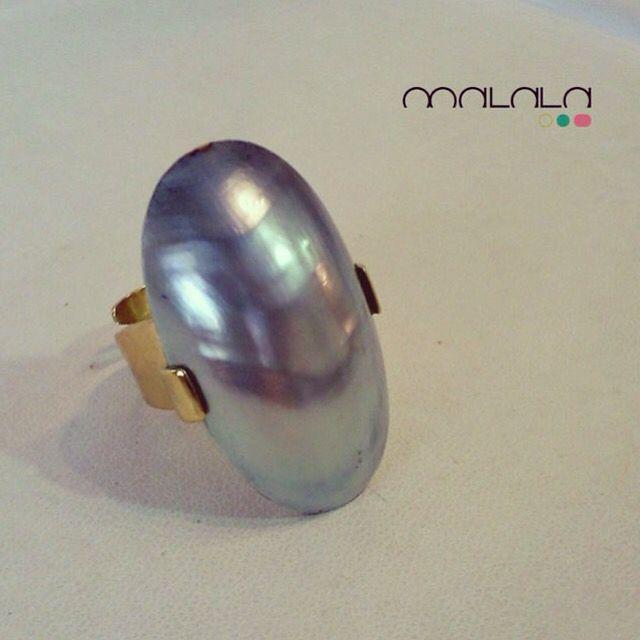 4d649f82194b Pieza personalizada de perla cultivada keshi y oro amarillo. Una creación  de  MalalaDePerlas