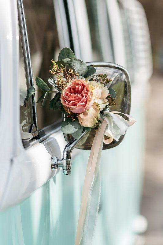 Prachtige bloemen aan de spiegel van onze Minty Volkswagenbus. www.devolkswagenbus.nl   Styled shoot Photo By Kroonmoment