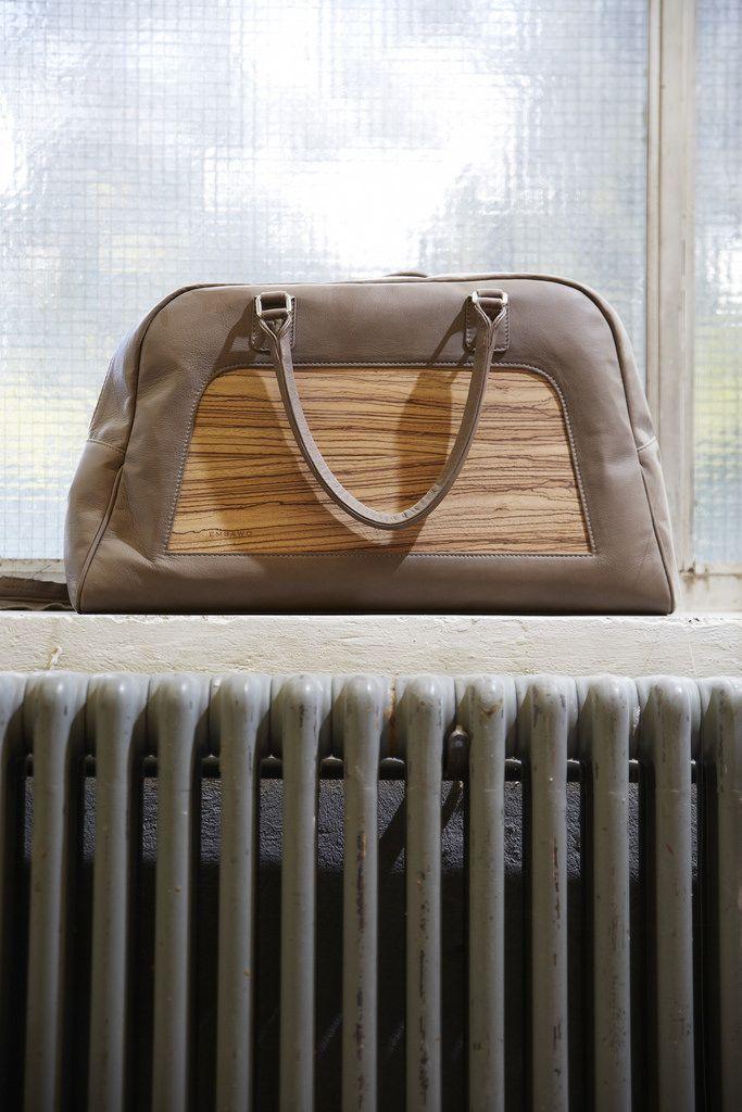 Furnier Geschichten: Taschen aus Furnier - Bild 18 (Holzindustrie) Tags: model mode taschen südtirol koffer meran mailand tischler handtaschen furnier designertaschen italienischesdesign embawo modewelt norbertöttl holzhandtaschen