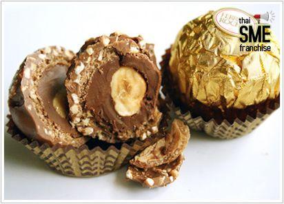 เฟอเรโร่ รอชเชอร์ สูตรโฮมเมด ขนมสุดฮิตที่ทำเองได้ เชื่อไหมว่า คุณเองก็สามารถทำ เฟอเรโร่ รอชเชอร์ (Ferrero Rocher) กินเองที่บ้านได้ ถึงจะไม่อร่อยเท่า