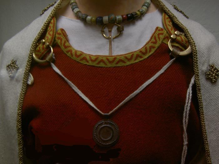 I really like the way the rings work here, and how the trim sits on the collar and the shoulder bits. pernioetu