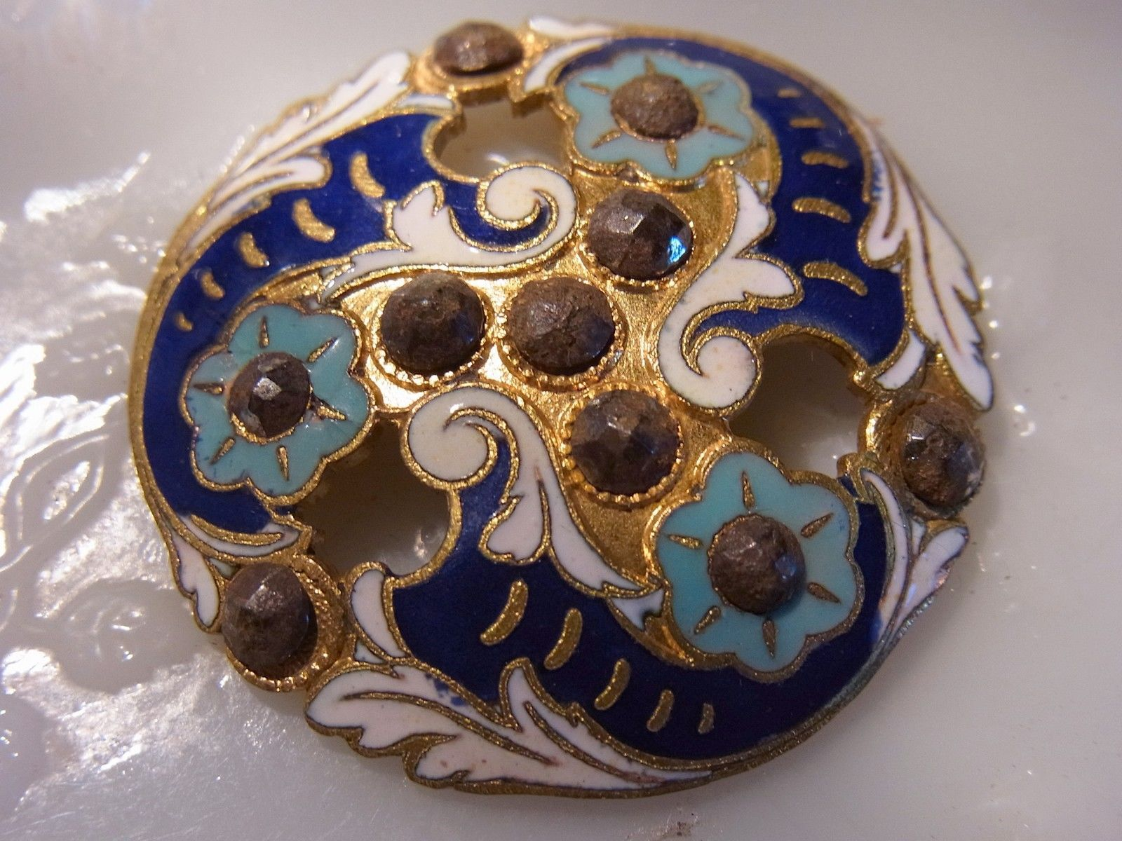 http://www.ebay.fr/itm/GRAND-BOUTON-ANCIEN-Emaille-Ajoure-Pointe-dAcier-Decor-Floral-/291385201345?pt=FR_YO_Collections_Boutons
