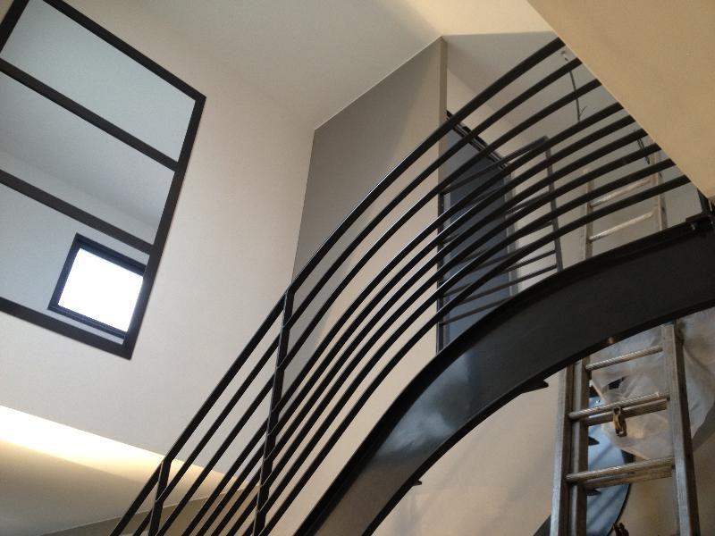 Fabricant Escalier moderne en acier brut avec garde corps