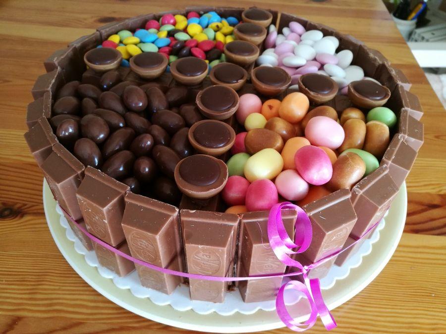 Geburtstagstorte mit Süßigkeiten