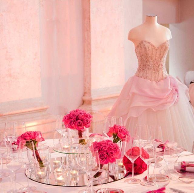 La sala tutta #rosa. #abito da #sposa #pink #tavola #specchi #fiori #rose #allestimento #miseenplace #wedding www.castellodegliangeli.com