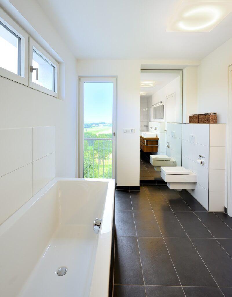 Badezimmer Ideen Mit Badewanne Und Fliesen Boden Grau   Inneneinrichtung  Haus Wiesenhütter Baufritz Fertighaus   HausbauDirekt