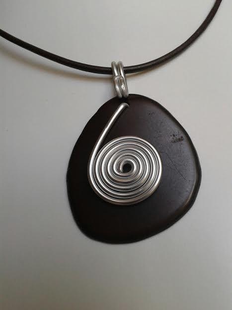 Collier en graine de Tagua marron et fil d'aluminium monté sur cordon en cuir marron / Necklace with Tagua nut and aluminium wire