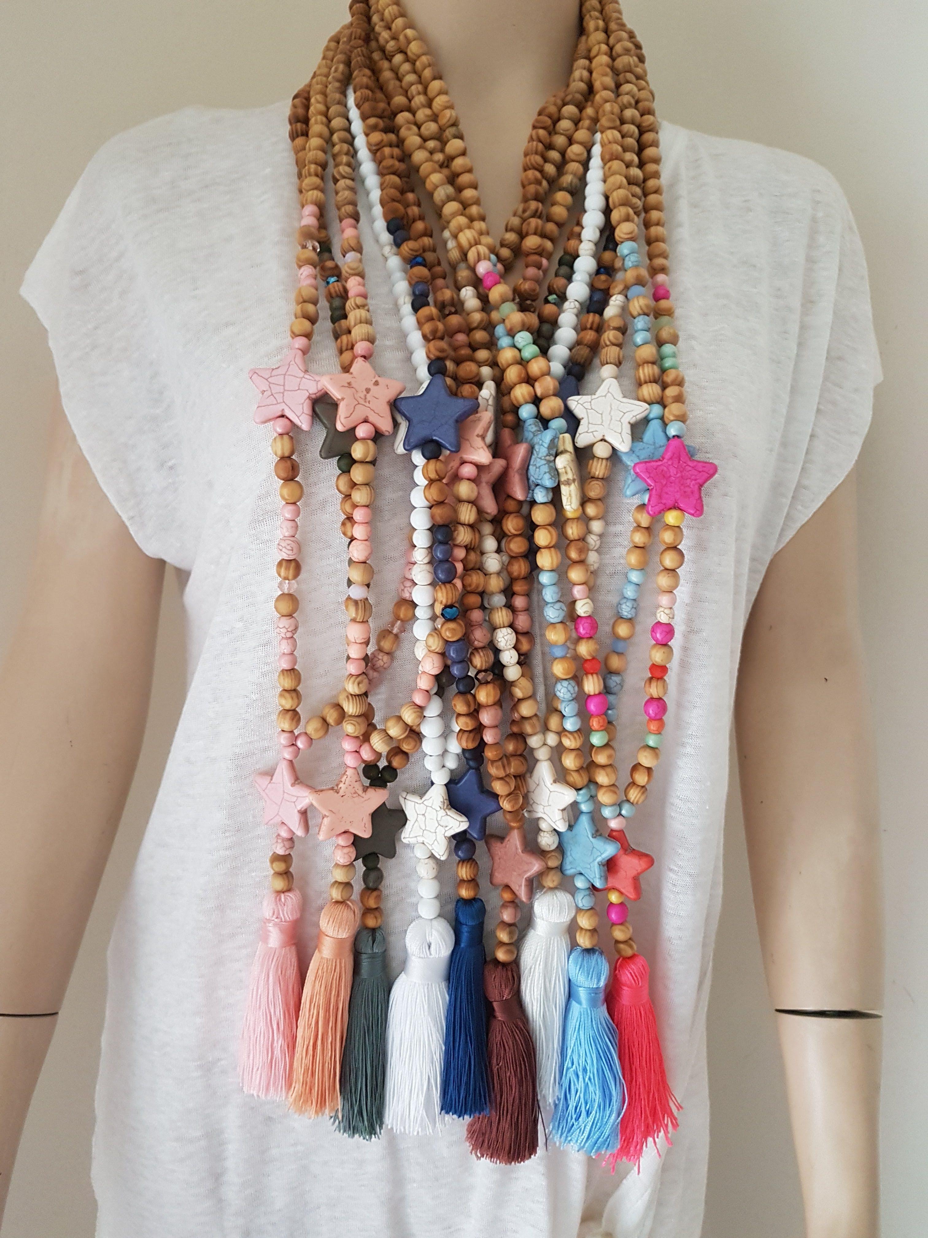 collier perle bois et pompom