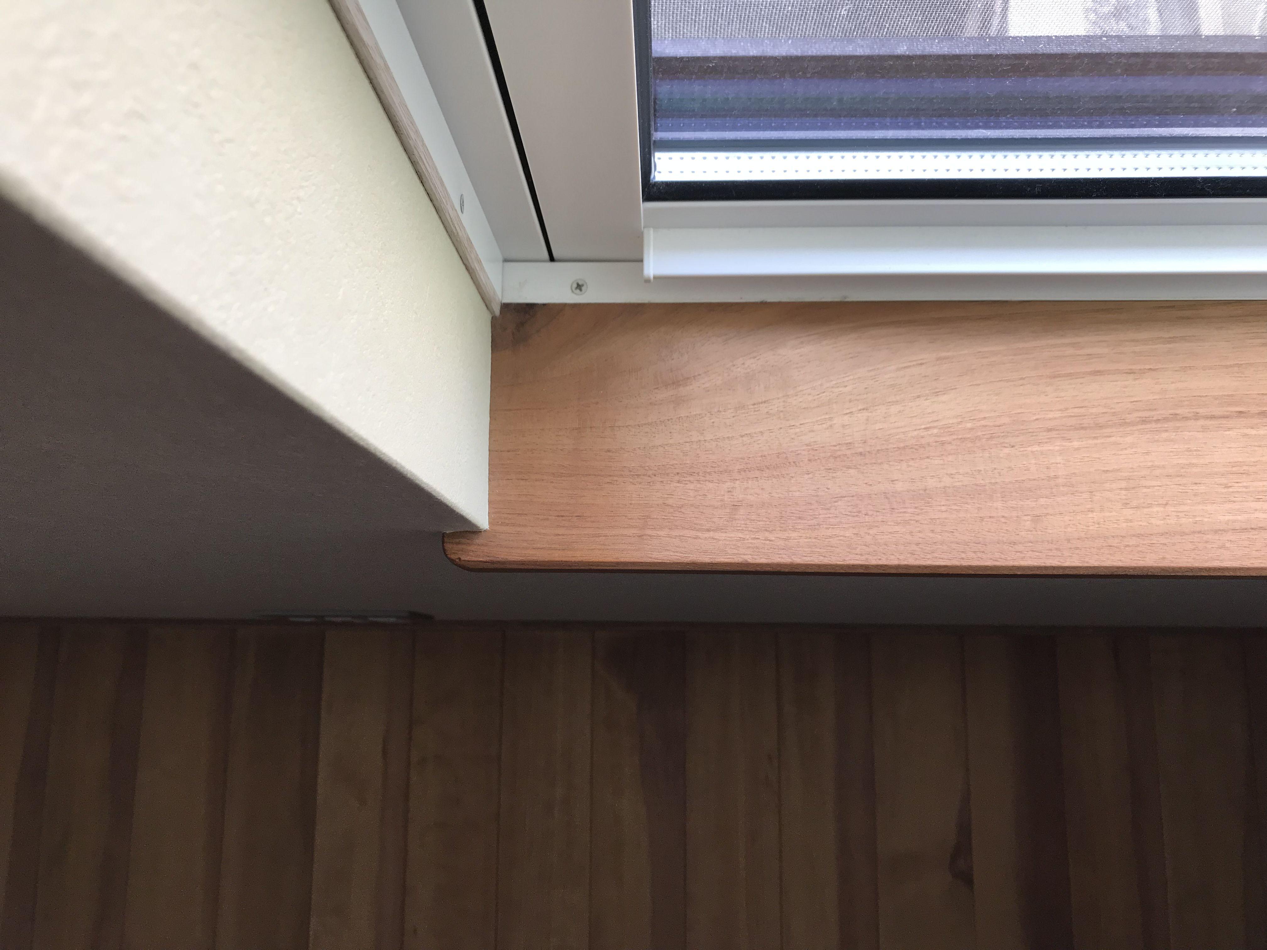 窓枠のクロス巻き込み仕上げと四方枠を上手に使い分け 窓枠