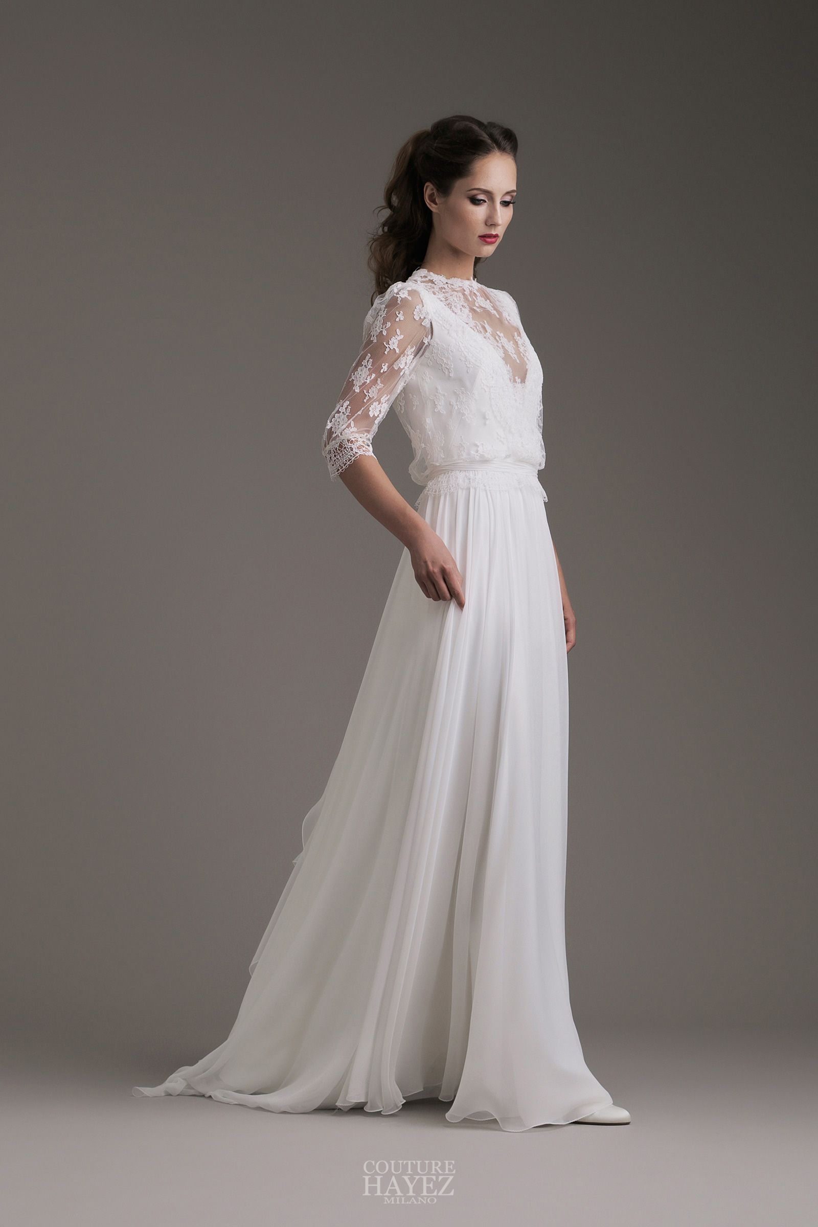 ef63c9f35007 Eleganza e romanticismo contraddistinguono quest abito che nasce dal  connubio di due pizzi pregiati e