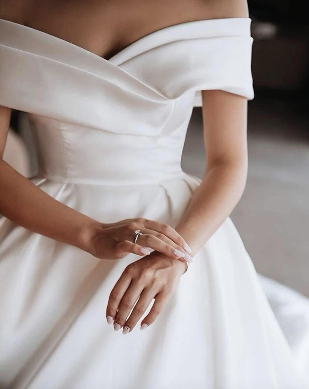 Princess Wedding Dresses Satin Vintage Off The Shoulder Wedding Bride Dresses Long Train White Ivory Wedding Ball Gown In 2021 Wedding Dresses Satin Ball Gowns Wedding Sweetheart Wedding Dress [ 1258 x 1000 Pixel ]
