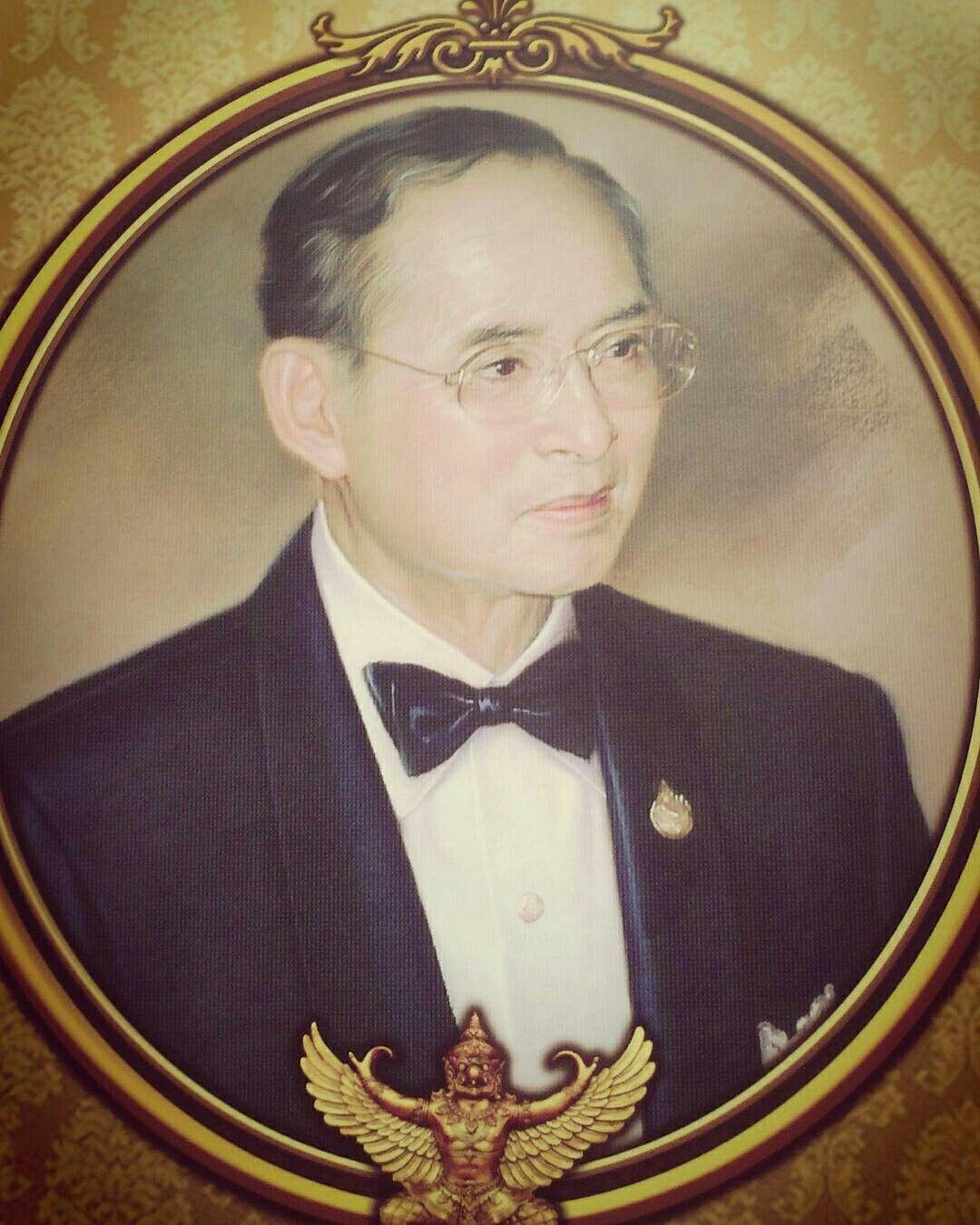 "@bangkok_collection  -  "" 🙏🙏🙏 ข้าพระพุทธเจ้าขอกราบส่งเสด็จสู่สวรรคาลัย 🙏🙏🙏 "" 😥😥😥😥😥😥😥😥😥😥😥😥😥😥😥😥😥 #ขอเป็นข้ารองพระบาททุกชาติไป#ส่งเสด็จสู่สวรรคาลัย - #regrann"