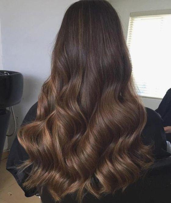 Coiffures secrets de cheveux pour les cheveux longs bruns.