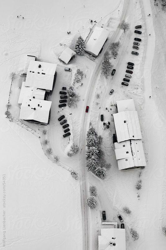 Alcune case girato da sopra con una macchina rossa nel centro della cornice per Lienbacher | Stocksy Stati