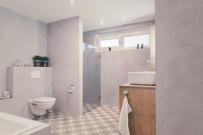 Concrete walls in a modern interior bathroom wanden van beton in