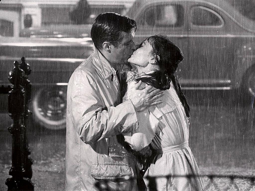 Beso Bajo La Lluvia Love Besos De Pelicula Desayuno Con