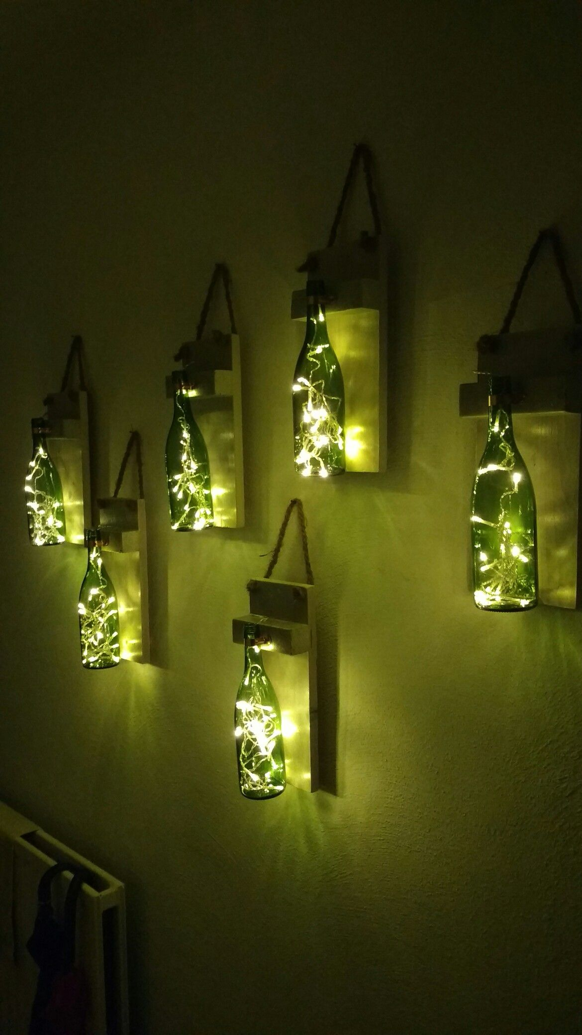 Lege Wijnflessen, Batterij Lampjes, Een Plankje En Touw, En Je