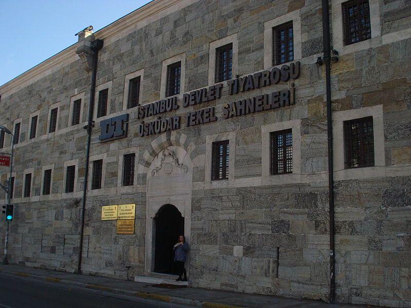 İstanbul Devlet Tiyatrosu, Devlet Tiyatroları'na bağlı resmi bir tiyatro kurumudur.  Özel tiyatro topluluklarının salonlarından başka tiyatro salonu bulunmayan İstanbul'da 1969 yılında İstanbul'da Kültür Sarayı'nın açılması nın ardından her hafta Ankara Devlet Tiyatrosu'ndan bir ekip, İstanbul'a gelerek oyun sahnelemekteydi. Kültür Sarayı bünyesinde, Devlet Tiyatrosu'nun idari ve bürokratik birimleri kuruldu.