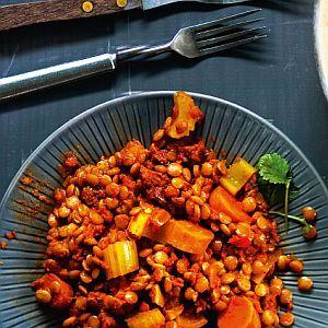 Linssi-kasvispata 1. Kuori ja hienonna punasipuli ja valkosipulinkynnet. Kuullota sipuleita hetki öljyssä raastetun inkiväärin ja mausteiden kanssa. Hienonna chili ja paloittele lehtisellerit ja kuoritut porkkanat. Lisää kasvikset pannulle ja kääntele tovi. 2. Huuhtele linssit ja nosta pataan kasvisseoksen kanssa. Lisää paloitellut aurinkokuivatut tomaatit, kasvisliemi ja tomaattimurska. Kääntele ainekset sekaisin ja mausta suolalla, rouhitulla mustapippurilla ja …