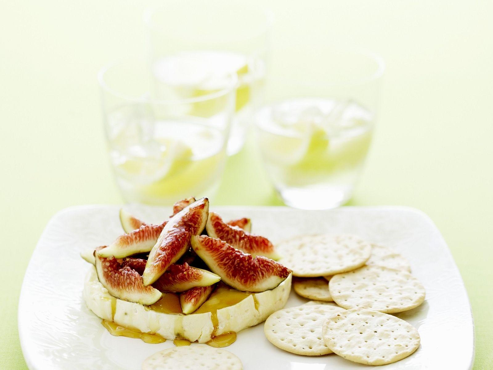 Warmer Brie mit Feigen-Honig-Topping - smarter - Zeit: 25 Min. | eatsmarter.de