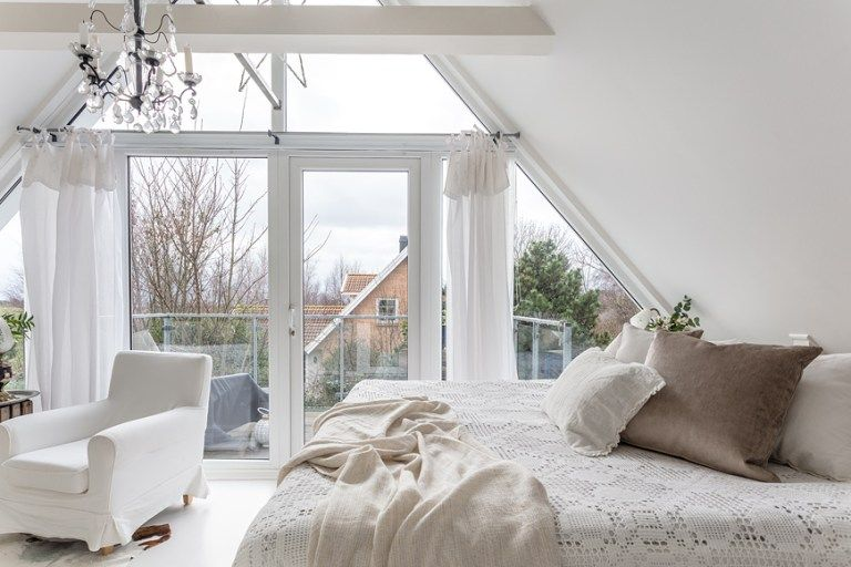 Biala Romantyczna Sypialnia Na Poddaszu Lovingit Pl Home Scandinavian Home Home Decor