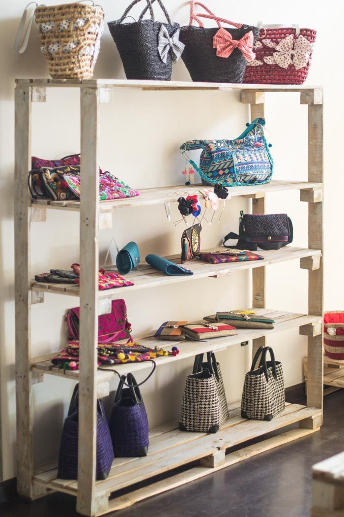 Muebles de palets y como decoramos una tienda ef mera - Como decorar una vitrina ...