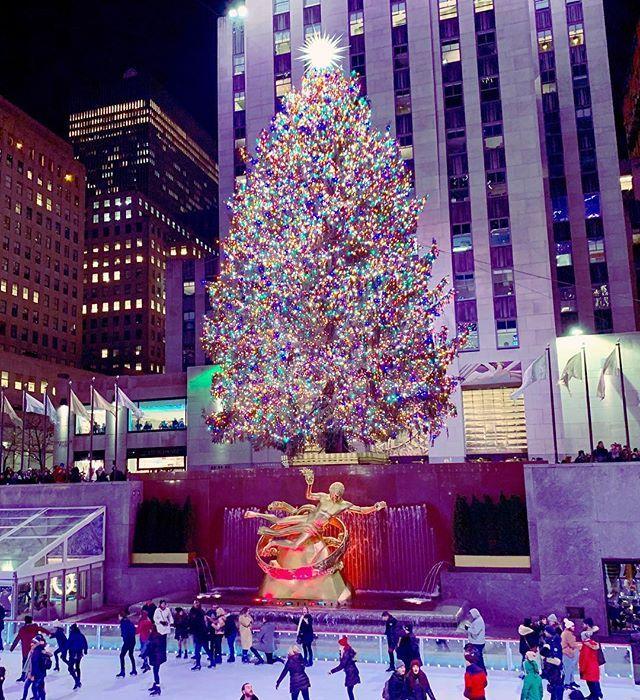 I just love New York during Christmas, going to book my flight for next Christmas as soon as I can. ✈️❤️ #travelguide #travelblogger #newyork #rockefellercenter #christmas #latinaswhotravel #womenwhotravel #travelthroughtheworld #passionpassport #travelislife #passionpasseport #travelcommunity #adventureseeker #nyc #nuevayork #visitnewyork #newyorkchristmas #rockefellerchristmastree #radiocitymusichall worldtravelbook #creativetravelcouples #iphone10smax #sceniclocations #huffpostgram #tlpicks #