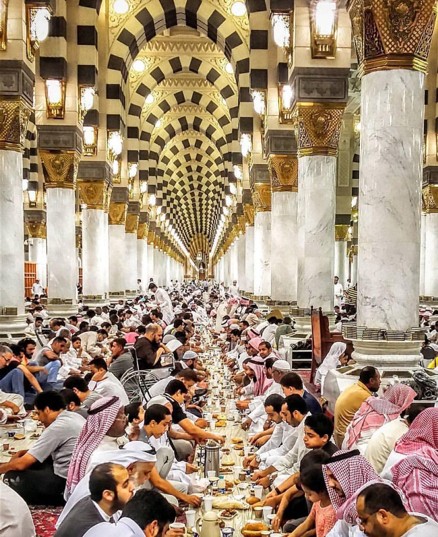 "islamicthinking: "" Iftar in Masjid Nabwi, Madinah"