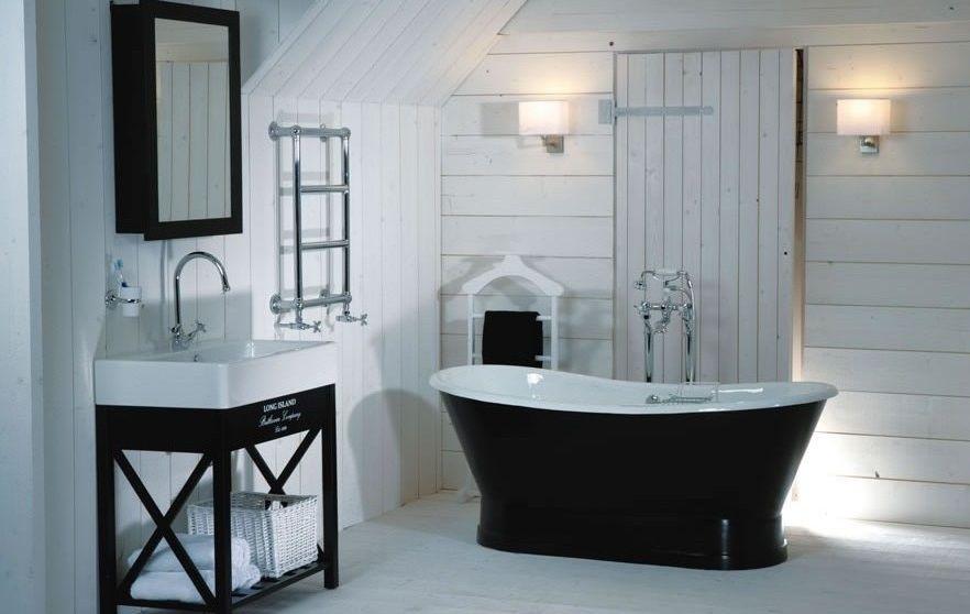 Landelijke badkamer. De donkere badkuip straalt gezelligheid en ...