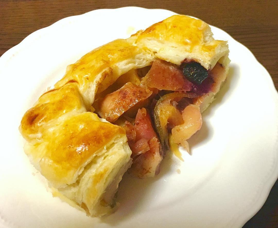 昨日の夜に焼いたパイを切り分けていただきました冷えたパイもなかなか美味いです  #pie#apple&sweetpotatopie#sweets#りんごとサツマイモのパイ