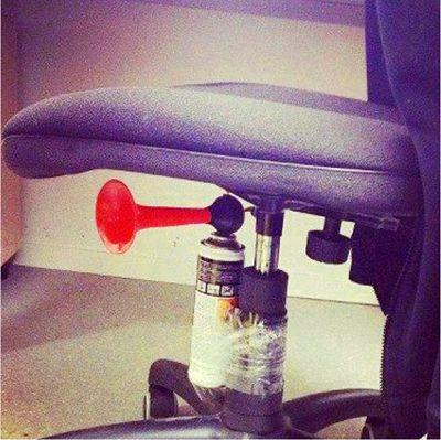 Humor | Pegadinha com o amigo no escritório do trabalho #troll #trollagem #fun