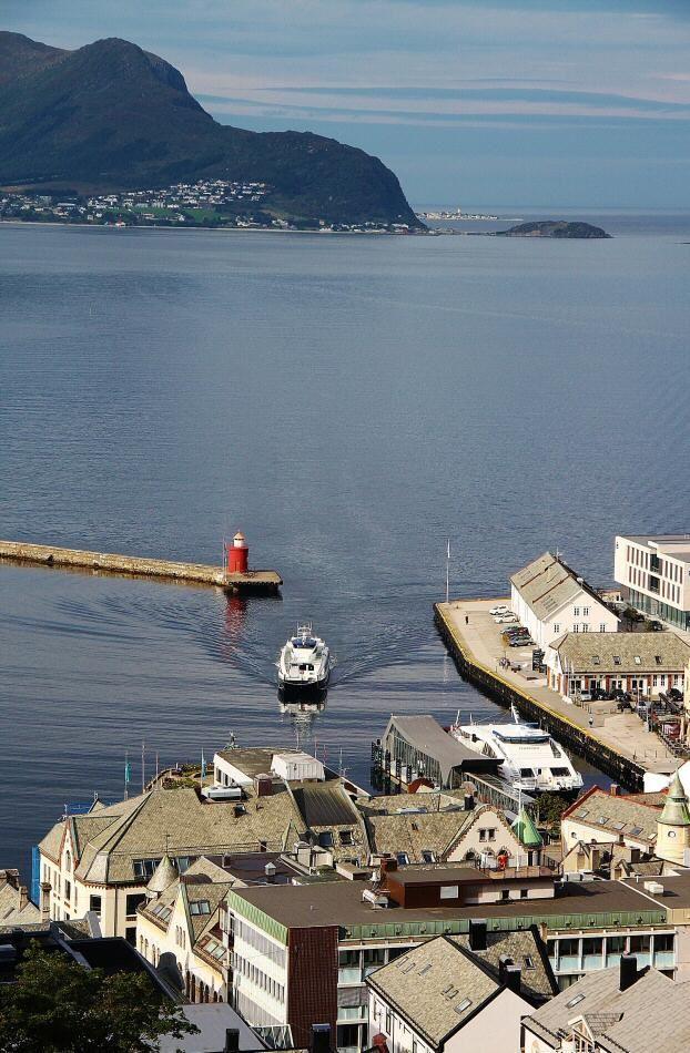 Puerto de Alesund desde el monte Aksla en los Fiordos de Noruega