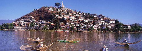 Si buscas rodearte por maravillas naturales, este destino ofrece muchas opciones. Como ejemplo, a 45 kilómetros de distancia se encuentra el lago de Pátzcuaro, que las culturas nativas señalaron como la frontera entre la vida y la muerte. El paisaje que rodea el lago, donde se erigen volcanes, es verdaderamente mágico.