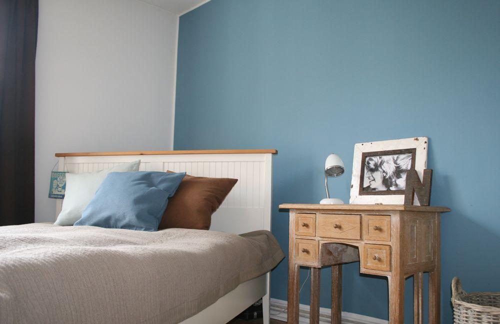 Weisses Bett vor blauer Wand (mit Bildern) Graue wand