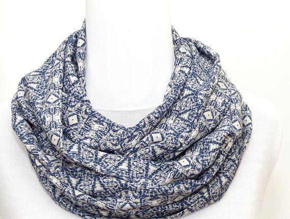 571a01ed04d6 Polina Couture - Echarpe Snood en Viscose écru   beige et bleu, motif  geometrique, foulard réversible, bleu foncé, marron clair, léger et doux,  ...