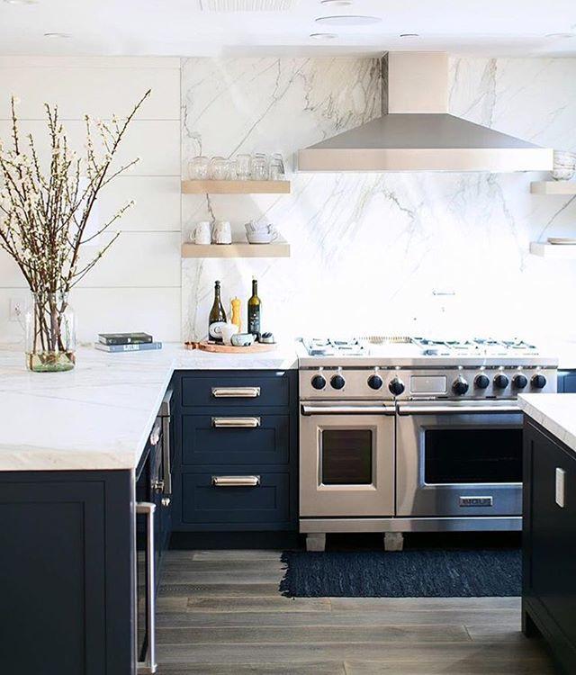 Happy Monday! The prettiest kitchen to get your week started // 📷 @ryangarvin Design by @wendyworddesign