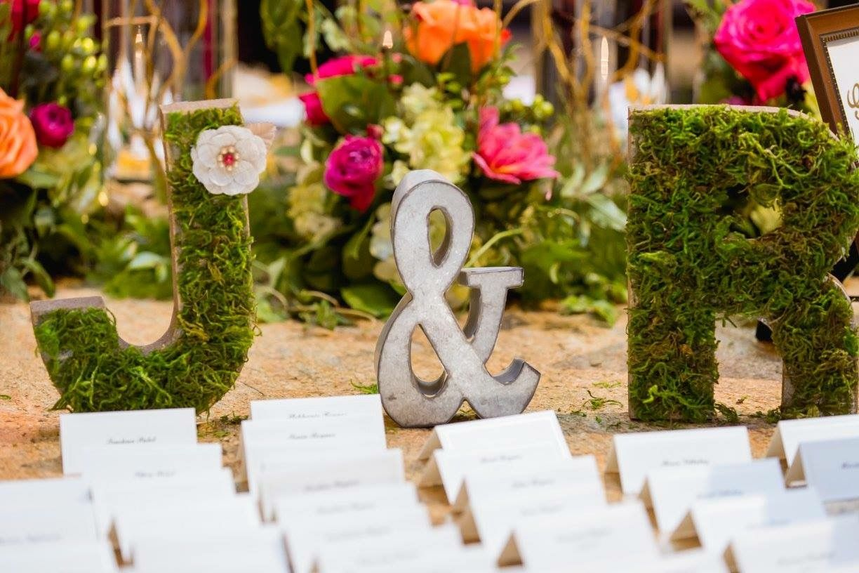 Inspiration for your spring wedding! Moss and greenery everywhere!