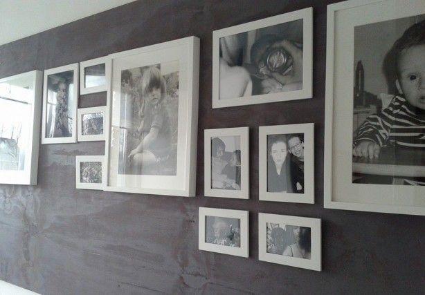 Ik heb een plaat underlayement met verdunde verf in de kleur mauve geschilderd en opgehangen in mijn gang. Hier hangen allemaal foto's in lijstjes van mij en mijn kinderen en andere voor ons belangrijke zaken. Slechts 4 gaten in de muur en kan onbeperkt schroeven of spijkeren in het hout.