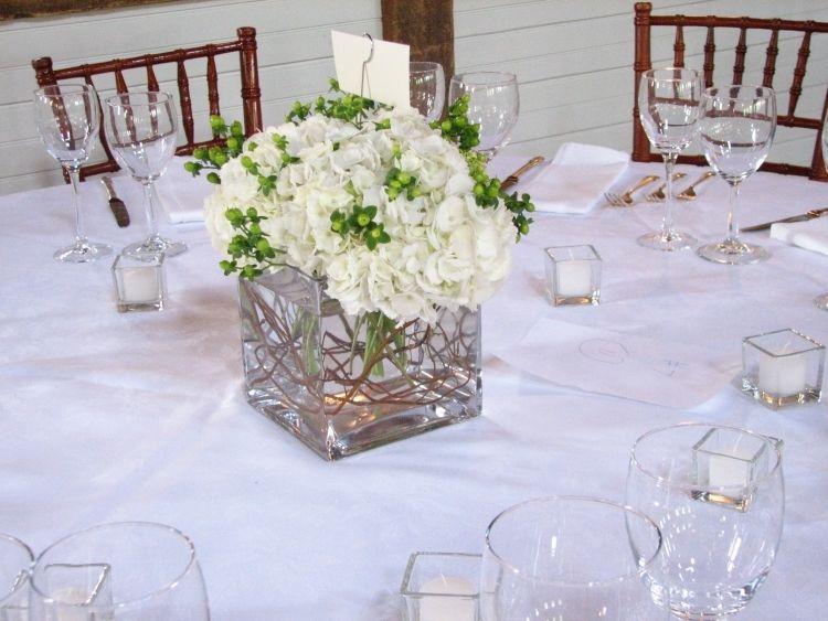 Tischdeko Hortensien Hochzeit Weiss Glaeser Vase Kerzen Teelichter Tischdekoration Hochzeit Blumen Landhochzeit Blumen Blaue Hochzeitsblumen