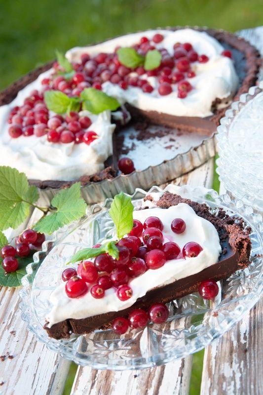 Chocklad tryffel tårta med röda vinbär