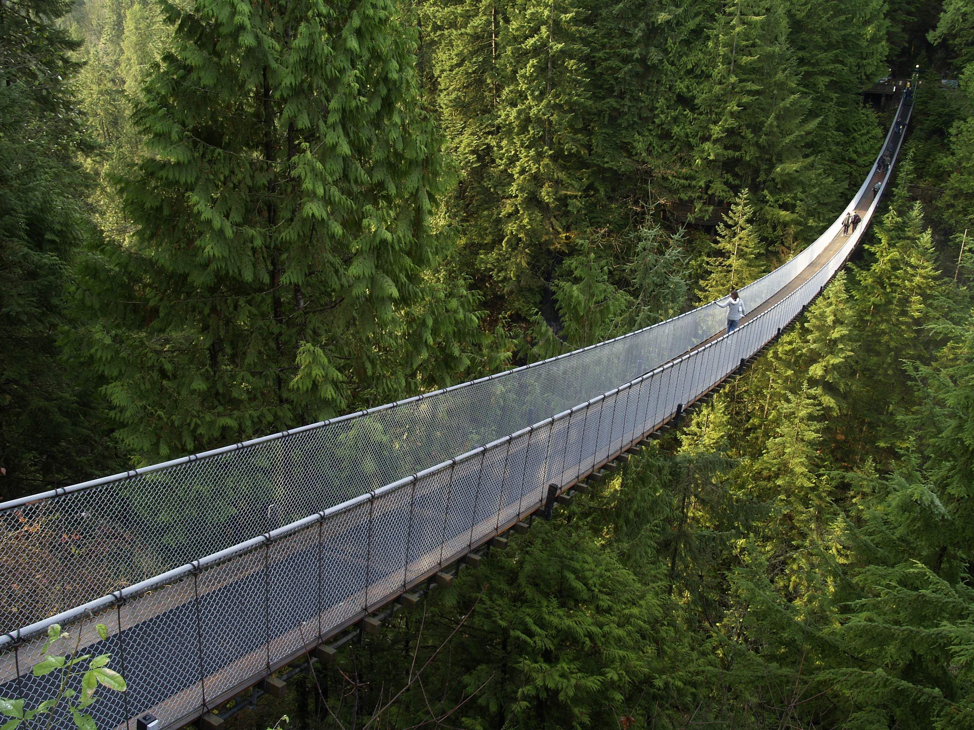 Capilano Suspension Bridge: é uma ponte pênsil que cruza o rio Capilano no distrito de North Vancouver, British Columbia, Canadá. A ponte tem 140 metros de comprimento e 70 metros acima do rio.