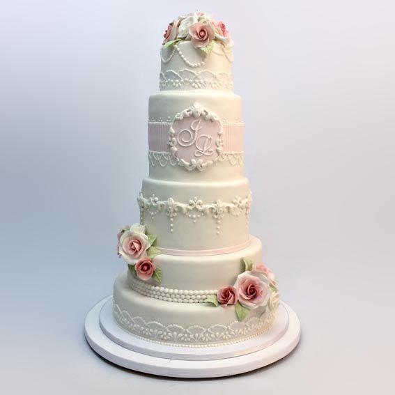 Este elegante pastel de boda al mejor estilo vintage, un clásico que nunca pasa de moda, decorada con unas delicadas rosas de azúcar y detalles hechos a mano. Nuestros pasteles no solo son hermosos por fuera, por dentro poseen un delicioso sabor hecho a la medida del cliente.