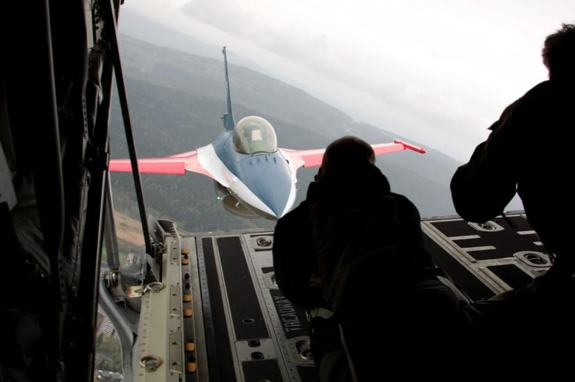 Norwegian F-16 make some trix behind a Hercules C-130 over Oslo