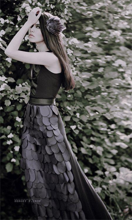 wat ik hier zo mooi aan vind is dat de jurk een is met de achtergrond, de ronde vormen van het blad