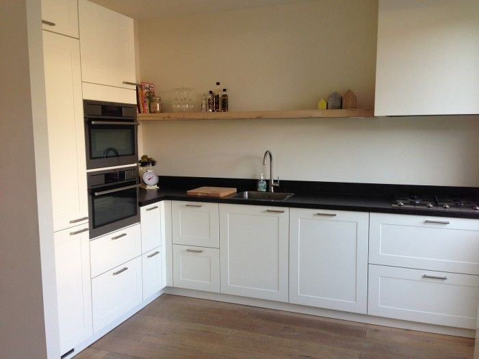 Landelijk en toch strak deze l keuken strakke gestucte schouw en houten muurplank maken hem - Modellen van kleine moderne keukens ...