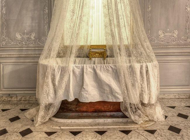 Au sein du Petit Appartement de la Reine, cette pièce a été aménagée et  décorée en 1788 de boiseries des frères Rousseau d… | Marie antoinette,  Versailles, Interior