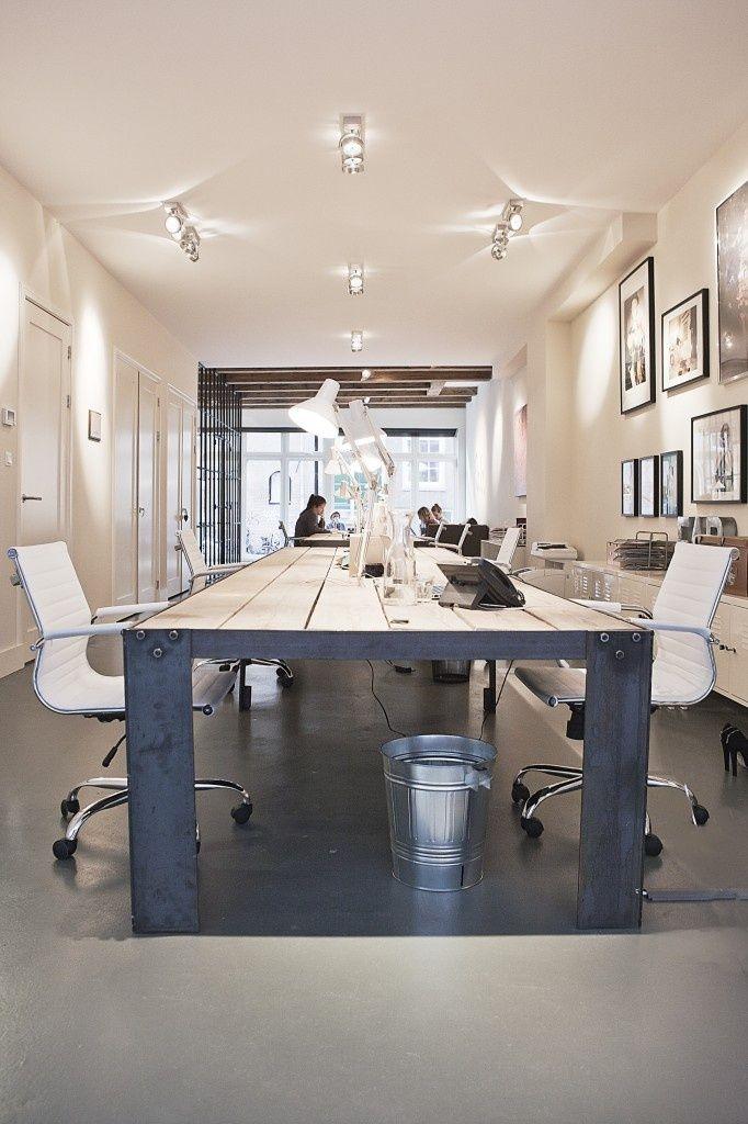 Het interieur in deze kamer is er staat een grote tafel met stoelen er hangen een paar lampen - Kantoor modulaire interieur ...