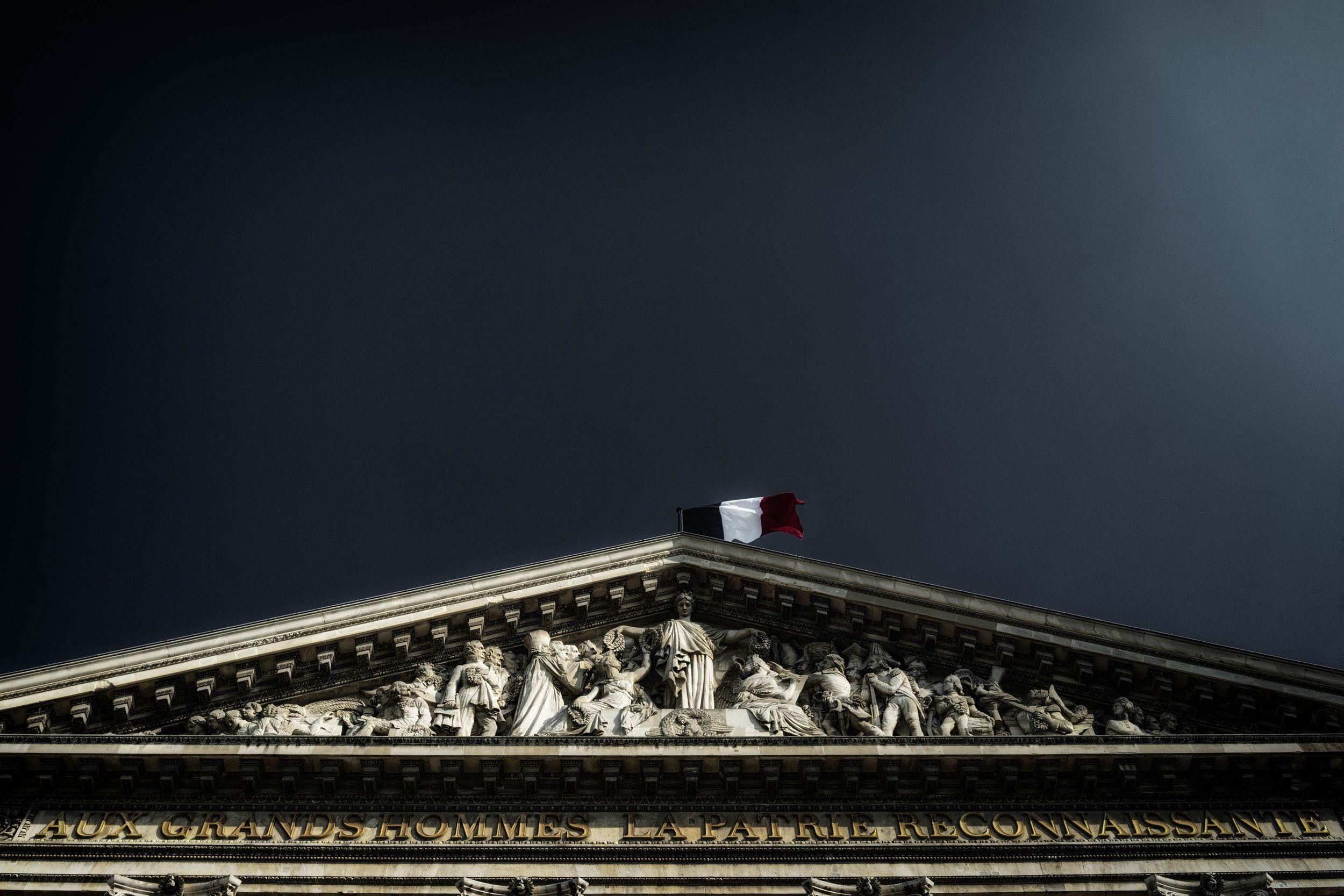 """Fronton und Relief des Panthéon mit der Inschrift """"Seinen großen Menschen das dankbare Vaterland"""""""