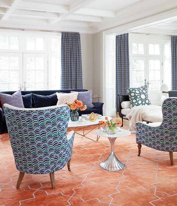 un tapis orange est un element deco audacieux dans ce salon inspirez vous de